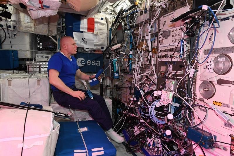 L'astronaute russe Oleg Novitski réalisant l'expérience PK-4 en juin 2021